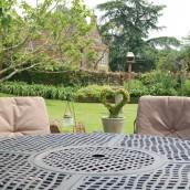 hopes-bed+breakfast-norton-sub-hamdon-garden-table3